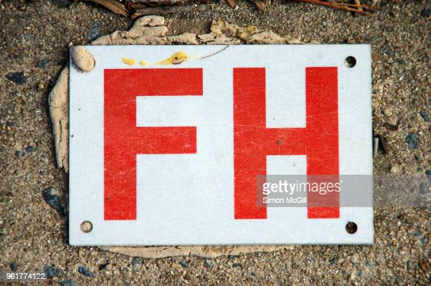 sign on a concrete road gutter indicting the location of a fire hydrant - australian capital territory stockfoto's en -beelden