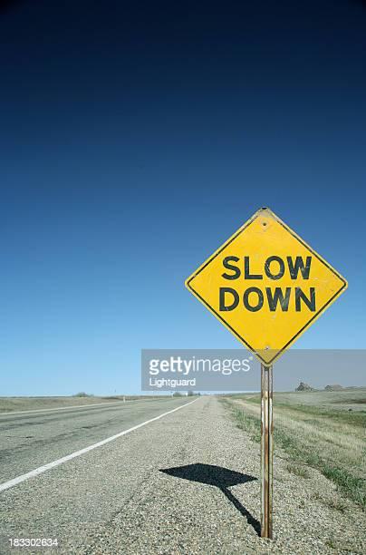 サインオンフラットプレーリー road 注意をスローダウン - 遅い ストックフォトと画像