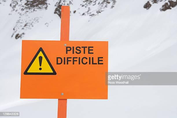 Sign reading 'piste difficile'