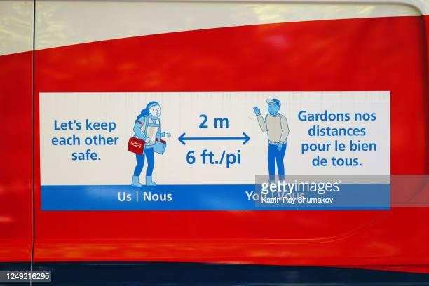 covid-19 signage: 2 meters - gardons nos distance pour le bien de tous. - メートル ストックフォトと画像