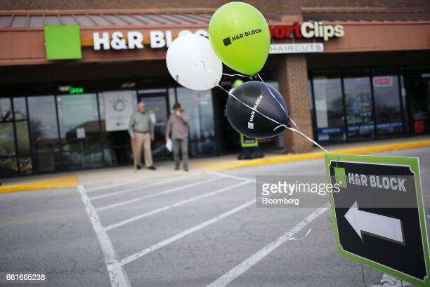 20 Inside An H R Block Location Ahead Of 2016 Income Tax Deadline Photos And Premium High Res Pictures Getty Images
