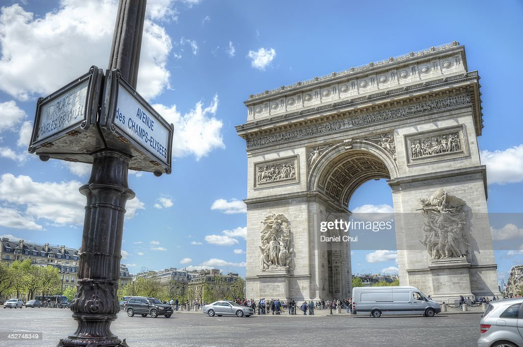 Arc de Triomphe on a bright and sunny day : News Photo