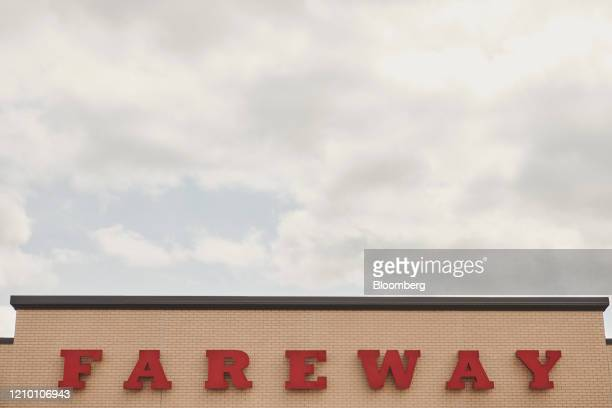 Signage is displayed outside a Fareway grocery store in Sioux Falls South Dakota US on Wednesday April 15 2020 South Dakota Governor Kristi Noem has...