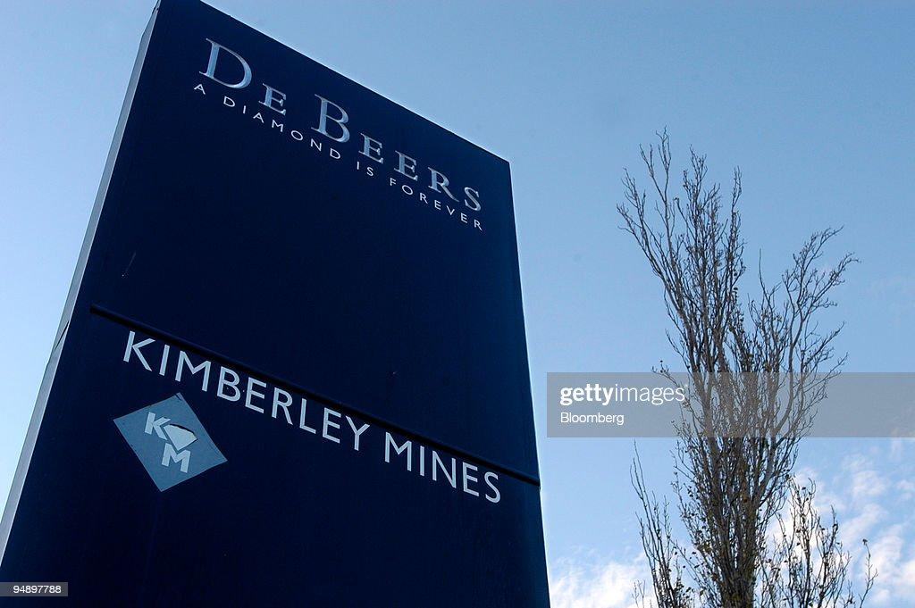 Signage seen outside De Beer's Bultfontein mine in Kimberley : Foto di attualità