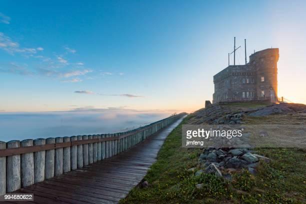 señal cerro sitio histórico nacional en niebla - paisajes de st johns fotografías e imágenes de stock