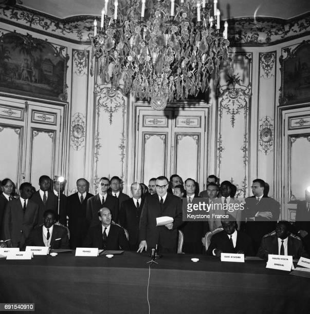 Signature des accords monétaires entre la France et les pays de l'ouest africain avec de gauche à droite Amadou Seydou ambassadeur du Niger Hamacire...