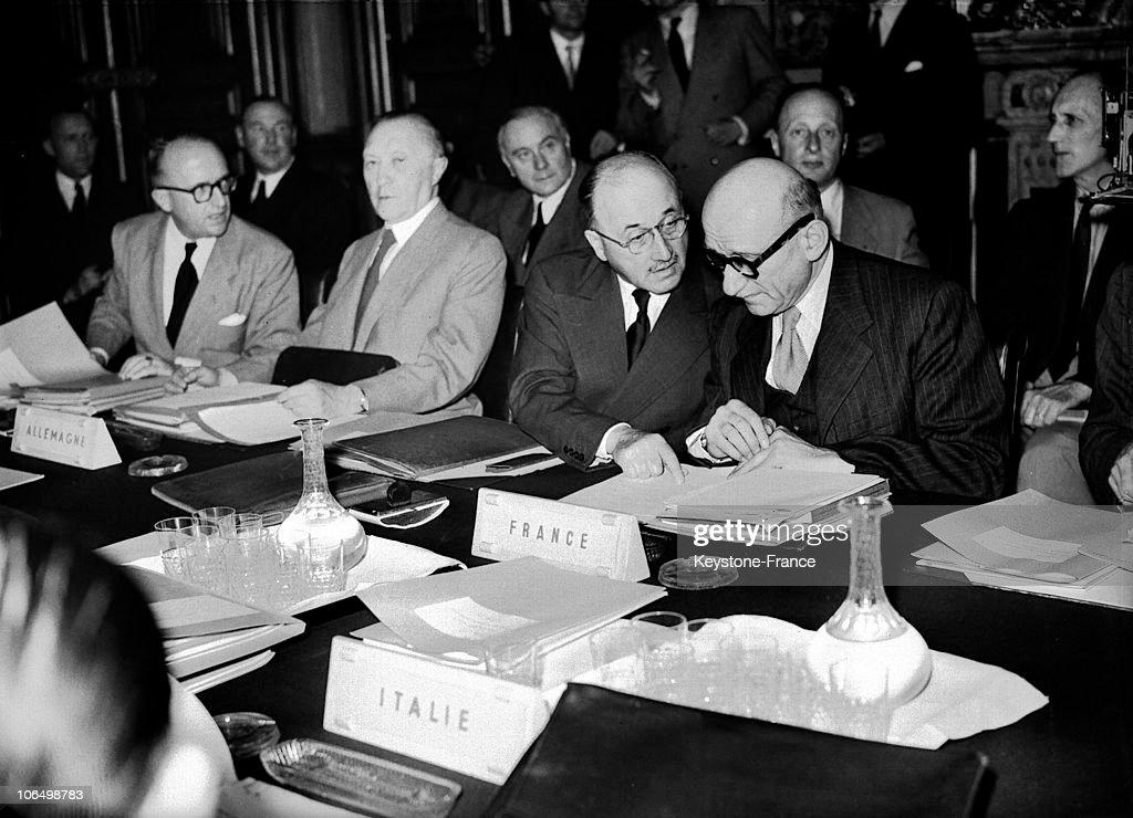 Signature Of The Ecsc 1952 : News Photo