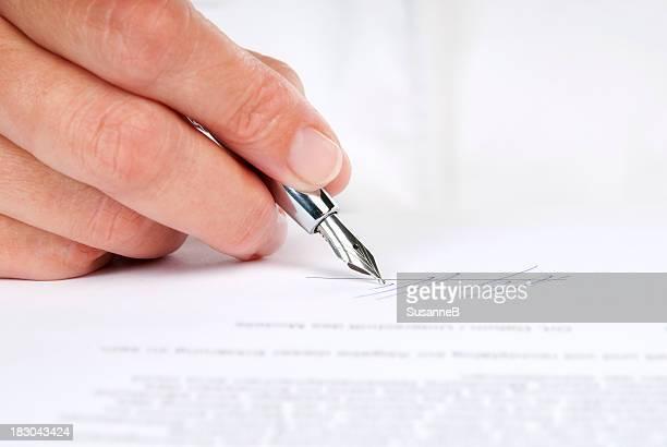 、契約に署名する - 万年筆 ストックフォトと画像