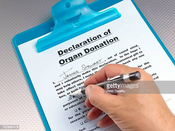 Signing declaration of organ donation form