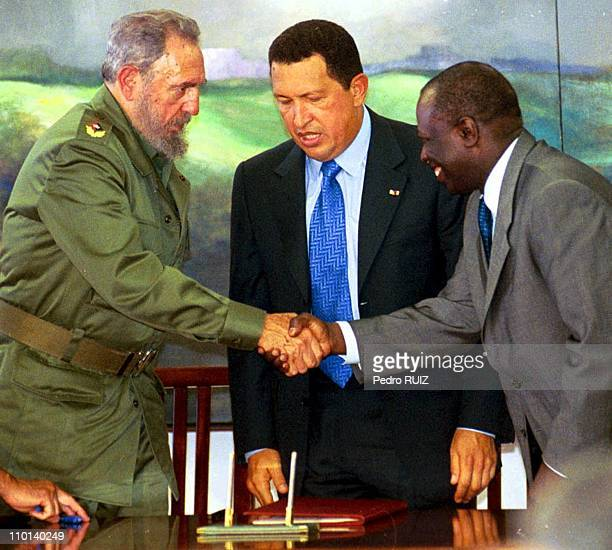 Signing of an agricultural cooperation agreement between Cuba Venezuela and FAO From left to right Fidel Castro Venezuelan President Hugo Chavez and...