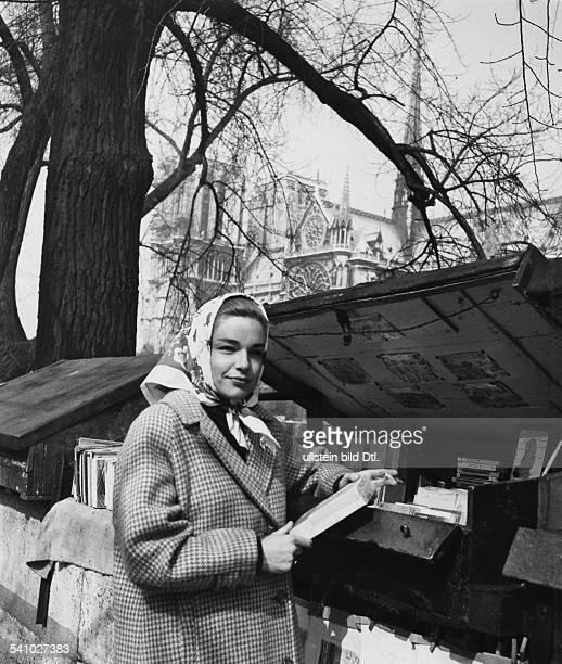 Signoret Simone *Schauspielerin Frankreich an einem Stand der 'Bouquinistes' am Ufer der Seine in Paris im Hintergrund NotreDamedeParis undatiert