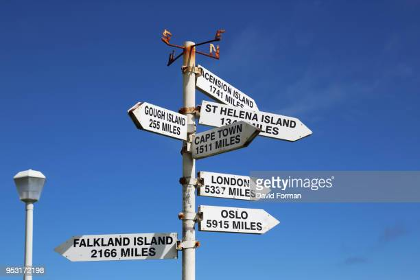 signpost on tristan da cunha showing distances to other destinations. - tristan da cunha eiland stockfoto's en -beelden