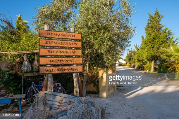 signs at the gate wish you welcome to a camping in marsala, sicily italy - finn bjurvoll - fotografias e filmes do acervo