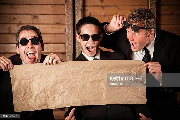 Der Beschilderung: Business Männer in Anzügen holding leer banner.  Aufgeregt.  Copyspace.