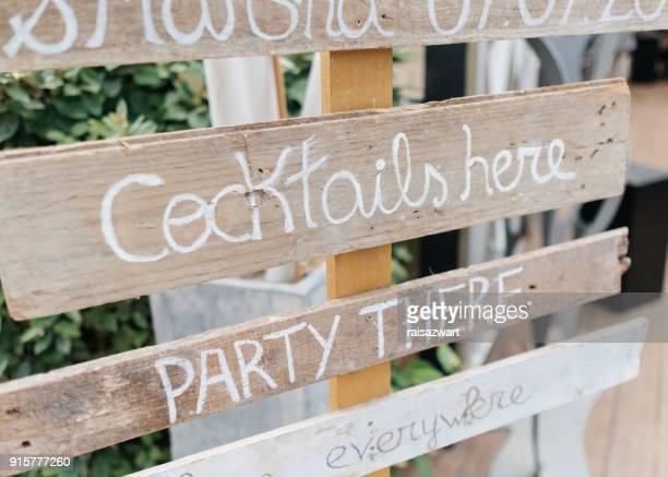 signs for a wedding on the beach - bord bericht stockfoto's en -beelden