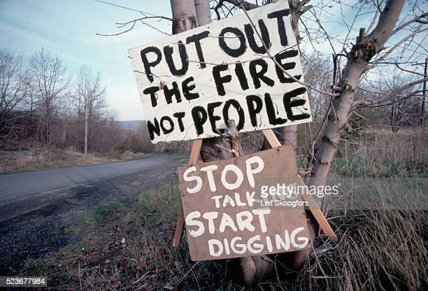 signs from unhappy town residents - centralia pennsylvania foto e immagini stock