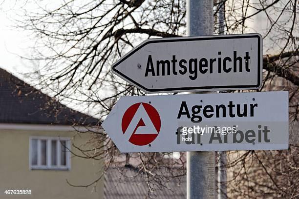 as placas para agentur fuer arbeit e amtsgericht - job centre - fotografias e filmes do acervo
