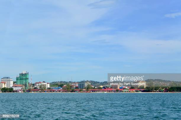 sihanoukville, cambodia skyline from the water - golf von thailand stock-fotos und bilder