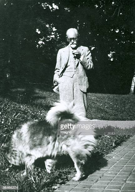 Siigmund Freud with Chow, his dog. Photography. Around 1920. [Sigmund Freud mit Chow, seinem Hund. Photographie. Um 1920]
