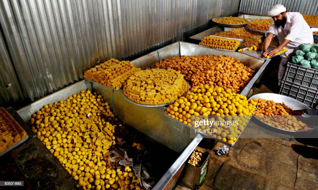 a sikh devotee prepares traditional food at a langar in nanded 650