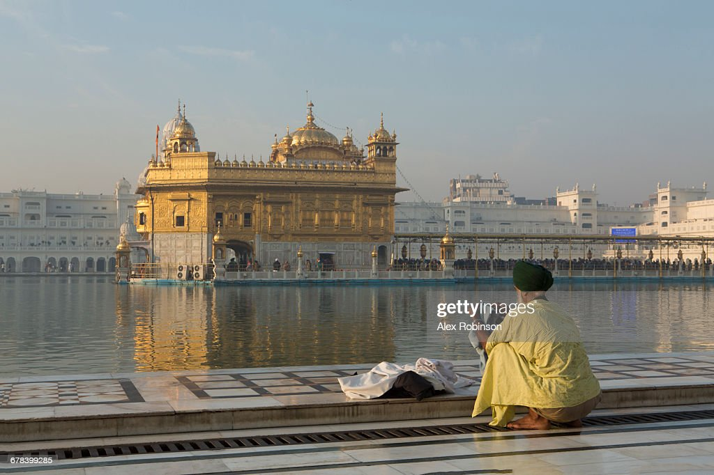 Sikh pilgrim at the Harmandir Sahib (The Golden Temple), Amritsar, Punjab, India, Asia