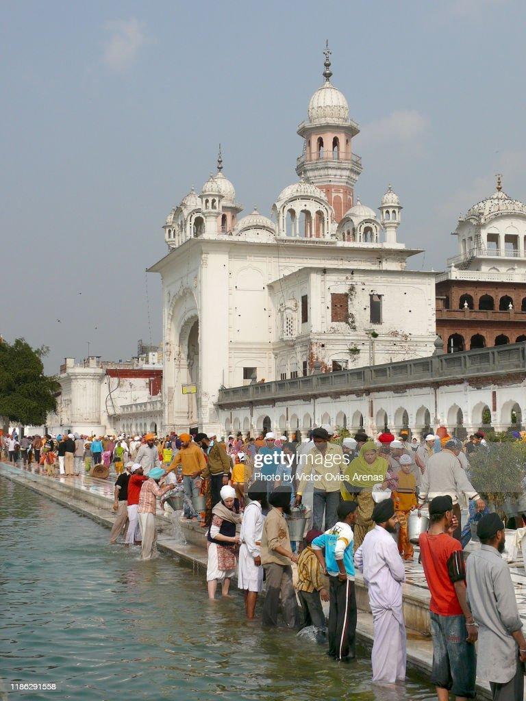 Sikh pilgrims during the washing of the marble ritual in Amritsar, Punjab, India : Foto de stock
