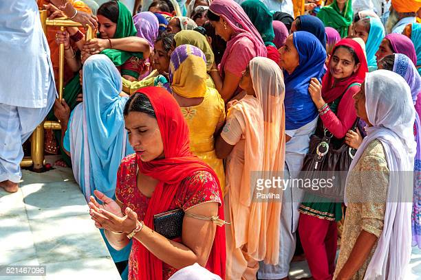 sikh pilgrims in golden temple amritsar, india - punjab india stock pictures, royalty-free photos & images