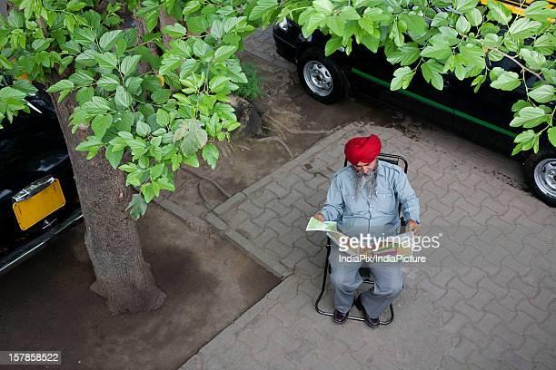 sikh taxi driver reading the newspaper - embaixador - fotografias e filmes do acervo