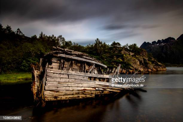 sildpolltjønna ship wreck iii - reise stock pictures, royalty-free photos & images