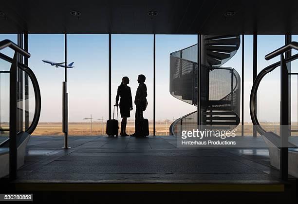 silhouette business travellers at airport - geschäftsreise stock-fotos und bilder