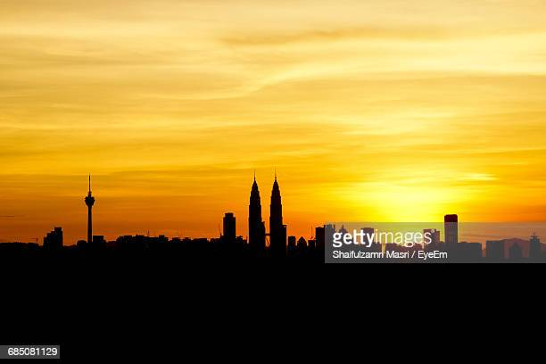 silhouette cityscape against the sky at sunset - shaifulzamri stock pictures, royalty-free photos & images