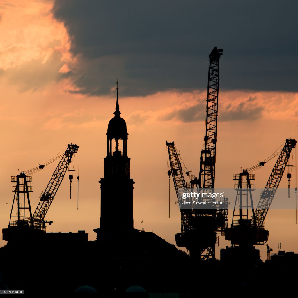 Silhouette Cranes Against Sky During Sunset : Stock-Foto
