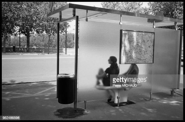 Silhouette d'une jeune femme en attente dans un abri bus 1993 a Paris France