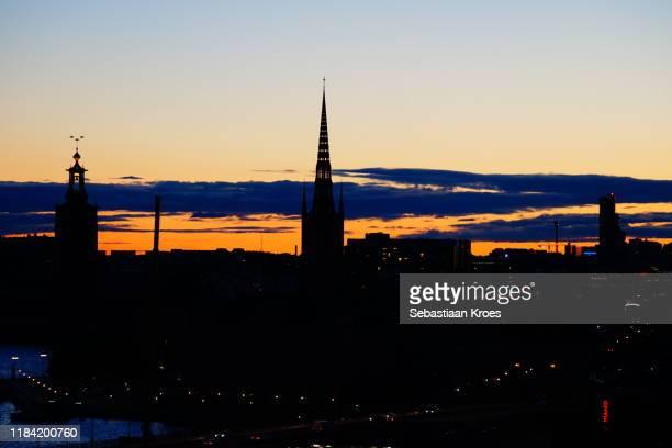 silhouette, gamla stan at dusk, stockholm, sweden - riddarholmkirche stock-fotos und bilder