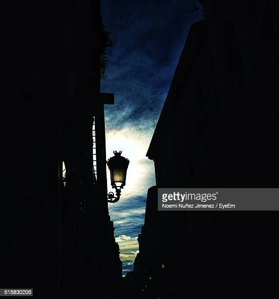 silhouette houses and street light at dusk - noemi foto e immagini stock