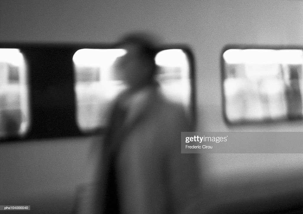 Silhouette in front of subway car, blurred, b&w : Stockfoto