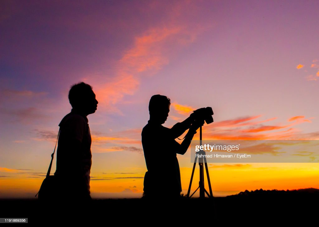 Silhouette Men Photographing Against Sky During Sunset : Bildbanksbilder