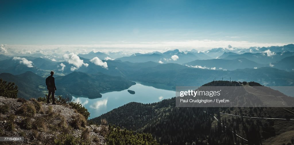 Silhouette Mid Adult Man With Backpack Standing On Mountain Against Sky : Stock-Foto