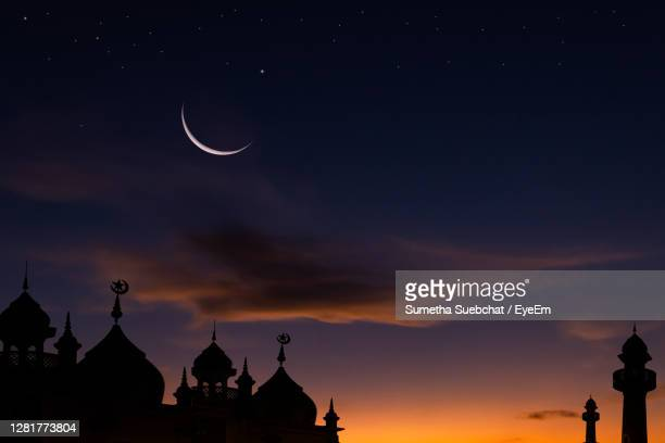 silhouette mosques with crescent moon on twilight sky - mosquée photos et images de collection