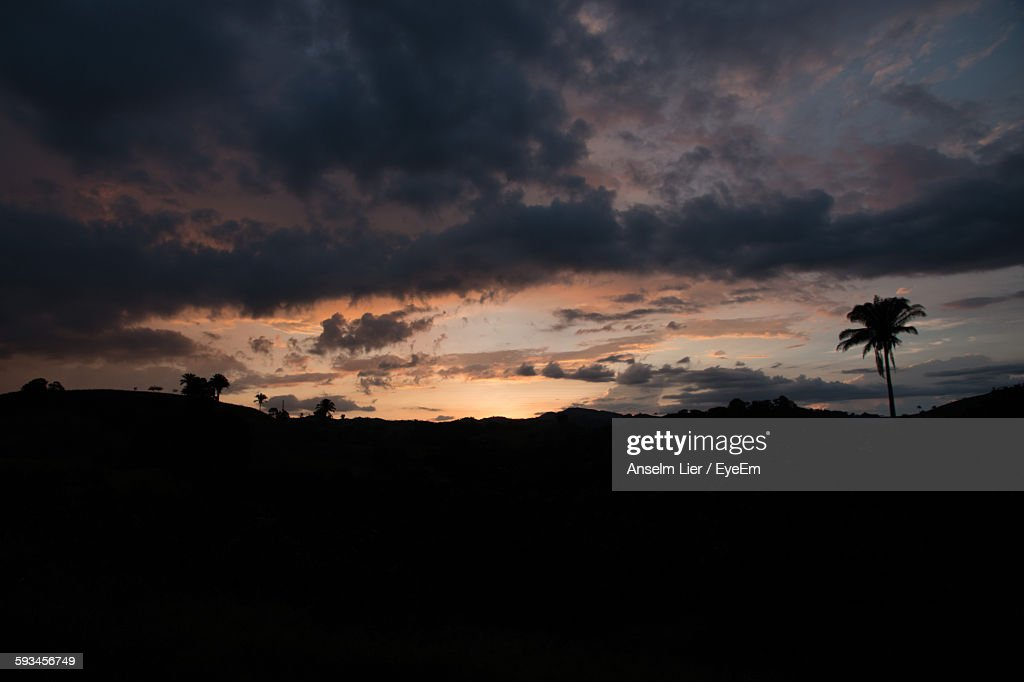 Silhouette Mountains Against Cloudy Sky During Sunset : Stock-Foto
