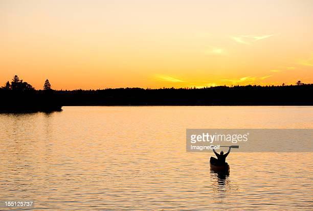 Silhouette von ein glücklicher Paddler