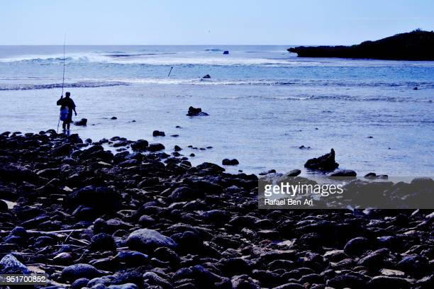 silhouette of a pacific islanders fisherman fishing in rarotonga cook islands - rafael ben ari imagens e fotografias de stock
