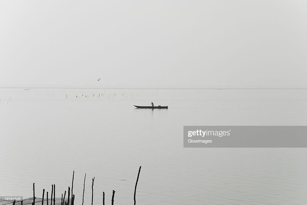 Silhouette of a person boating in a river, Cienaga, Atlantico, Colombia : Foto de stock
