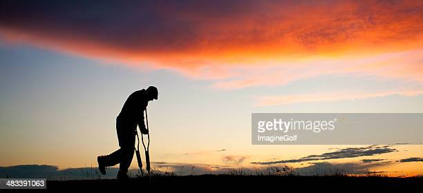 シルエットの老人男性、crutches - 骨折 ストックフォトと画像