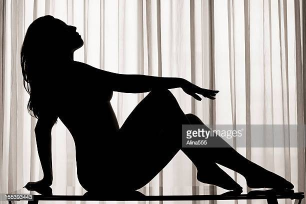 silhouette di una giovane donna sexy - spogliarellista foto e immagini stock
