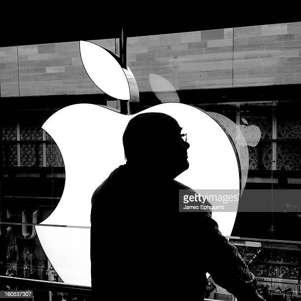 CONTENT] Silhouette of a thoughtful man in glasses in front of an Apple logo