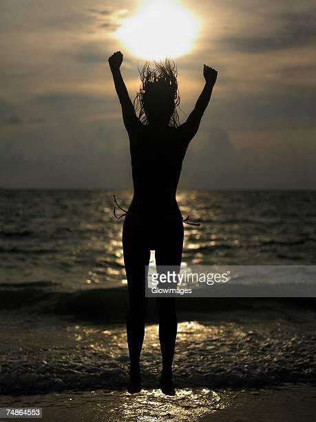 silhouette of a young woman jumping - silueta mujer desnuda fotografías e imágenes de stock