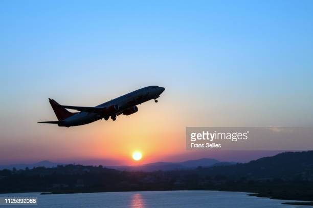 silhouette of an airplane just after take off during sunset - frans sellies stockfoto's en -beelden