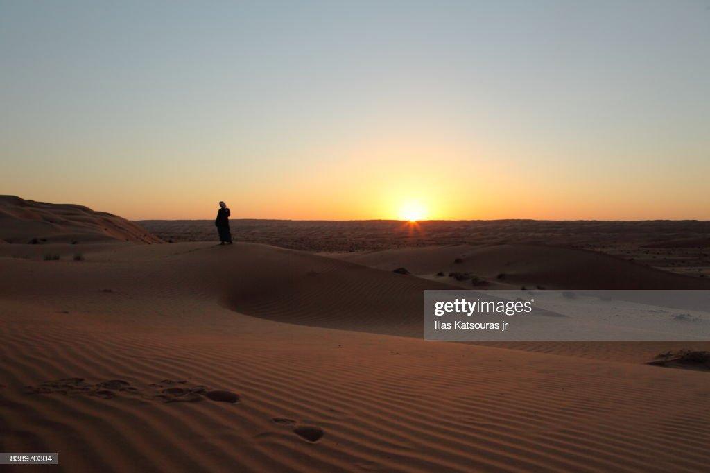 Silhouette of Arab man in desert at sunset : Foto stock