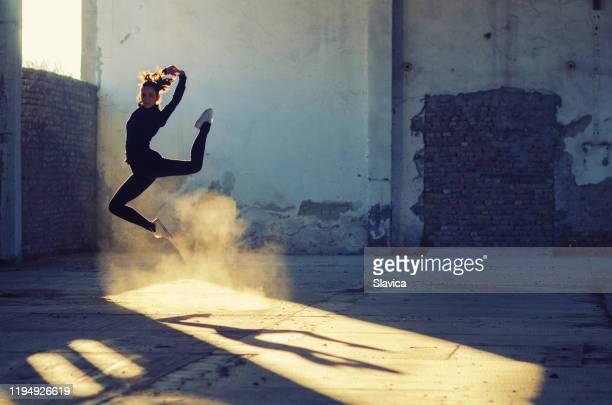 silhueta da dança da bailarina no edifício abandonado - bailarina - fotografias e filmes do acervo